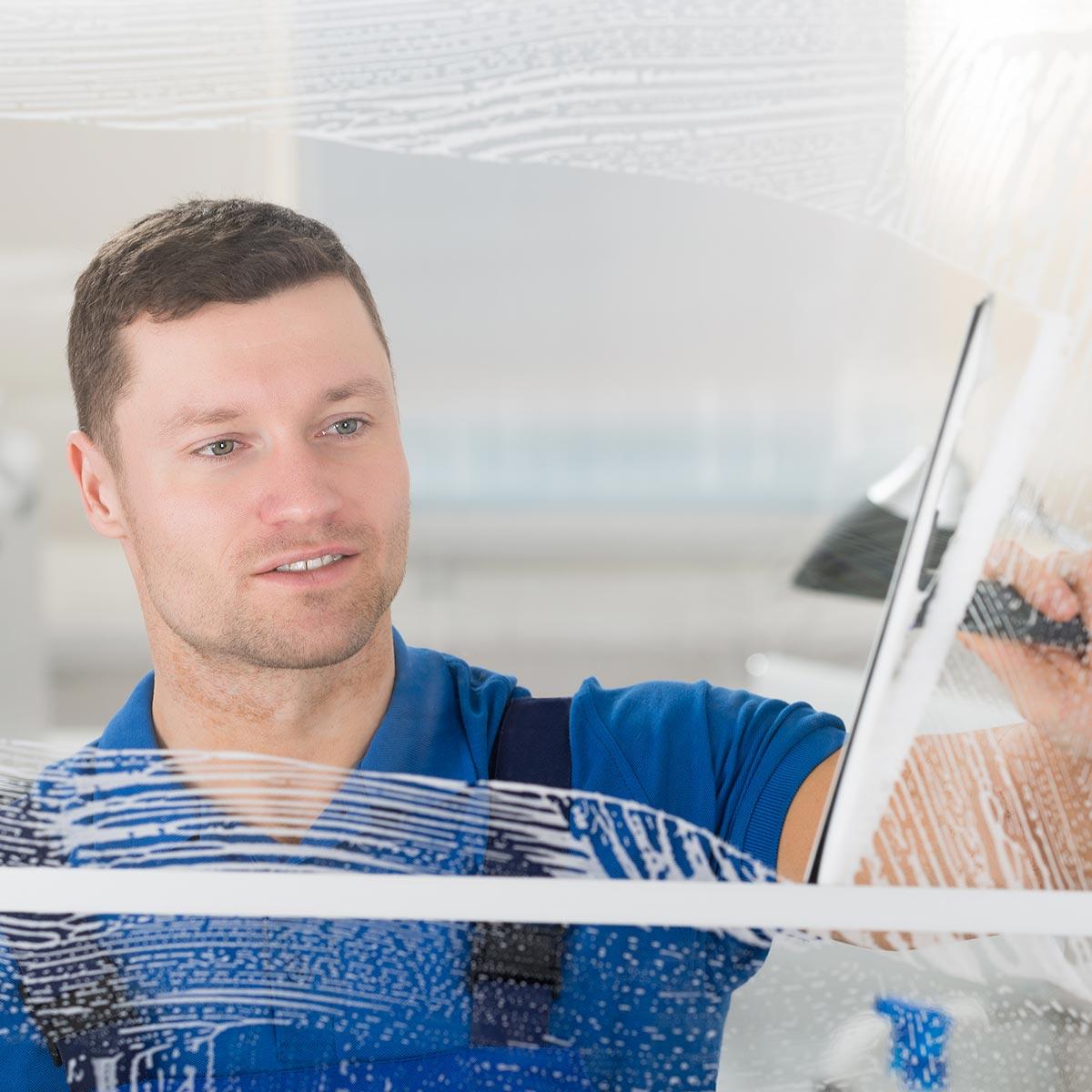 Fensterreinigung und Glasreinigung durch den zuverlässigen Fensterputzer der AND GmbH.